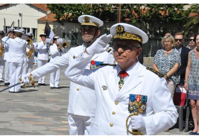 le-vae-yves-joly-avec-le-capitaine-de-vaisseau-christophe-pagot-chef-d-etat-major-(derriere-lui)-salue-la-garde-au-drapeau-1468864476 (1)